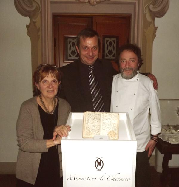 Gabriella Ballesio, Manuel Kromer e Walter Eynard con il ricettario del 1809