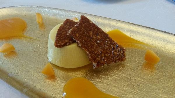Bavarese al miele di rododendro e salsa di albicocca e croccante di pinoli